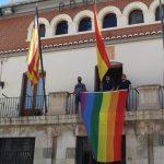 NULES PENJA LA BANDERA  LGTBI+ AL BALCÓ DE L'AJUNTAMENT EN EL DIA INTERNACIONAL DE L'ORGULL