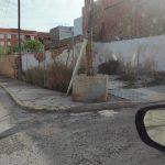 Nules lleva cuatro años reclamando a Iberdrola la sustitución de un poste de luz que registra peligrosidad para los peatones