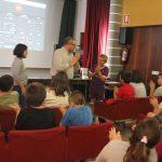 Los escolares de quinto de Primaria participan en un taller de doblaje en valencià