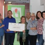 """Nules dóna 900 euros a la Fundació de l'Hospital Provincial per al projecte """"Apadrina una perruca"""""""
